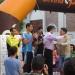 El presiente de la Federación Española de Atletismo entregandole la placa a Sergio Gallardo